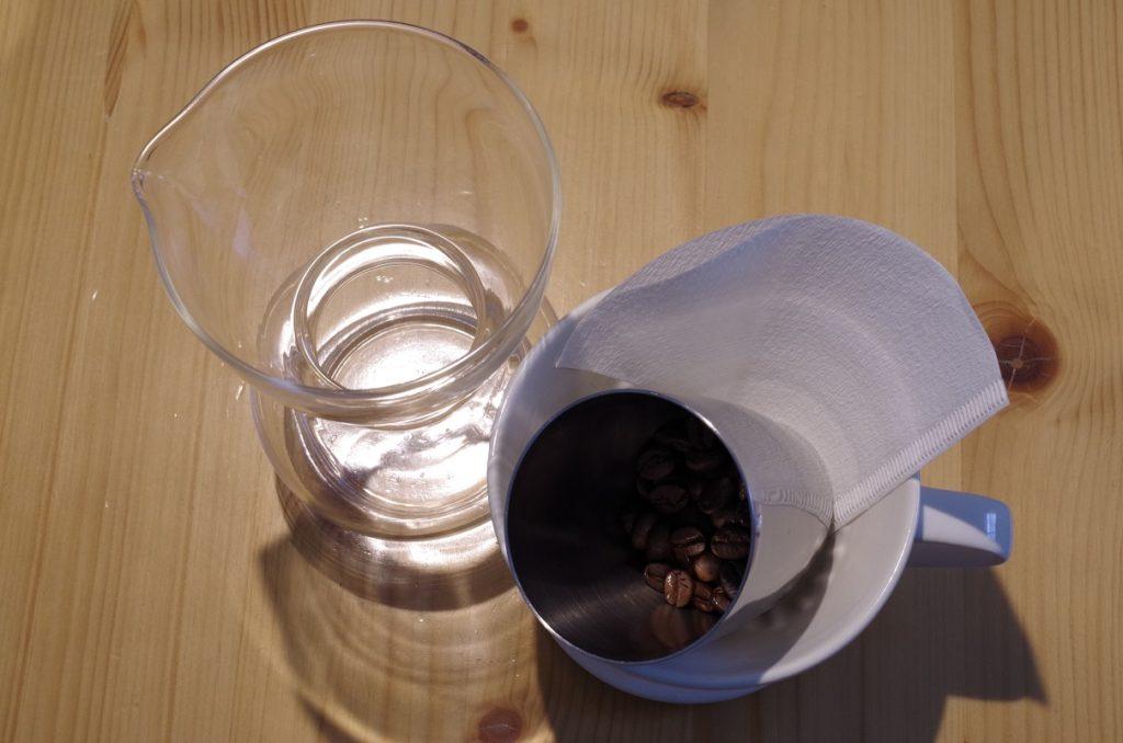 ガラス容器とコーヒー豆とペーパーフィルター
