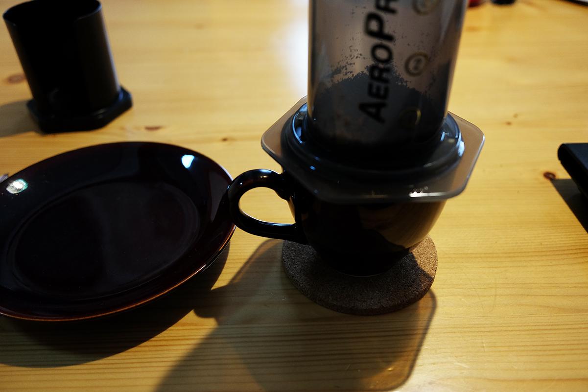 エアロプレスをコーヒーカップに乗せる