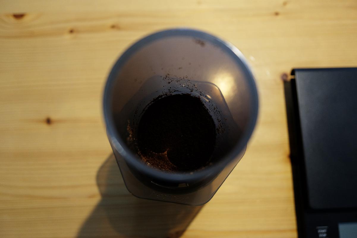 エアロプレスにコーヒー粉を入れる