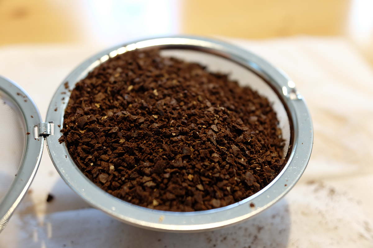 ボール茶漉しにコーヒー粉を入れる