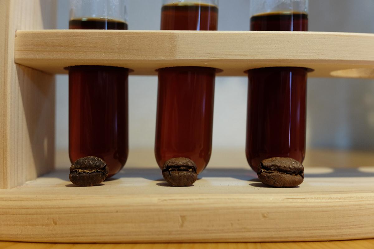 コーヒー豆と抽出したコーヒー