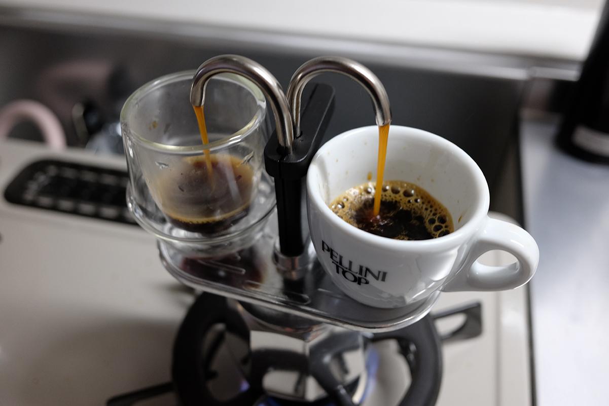 ミニエキスプレスでコーヒーを抽出中盤