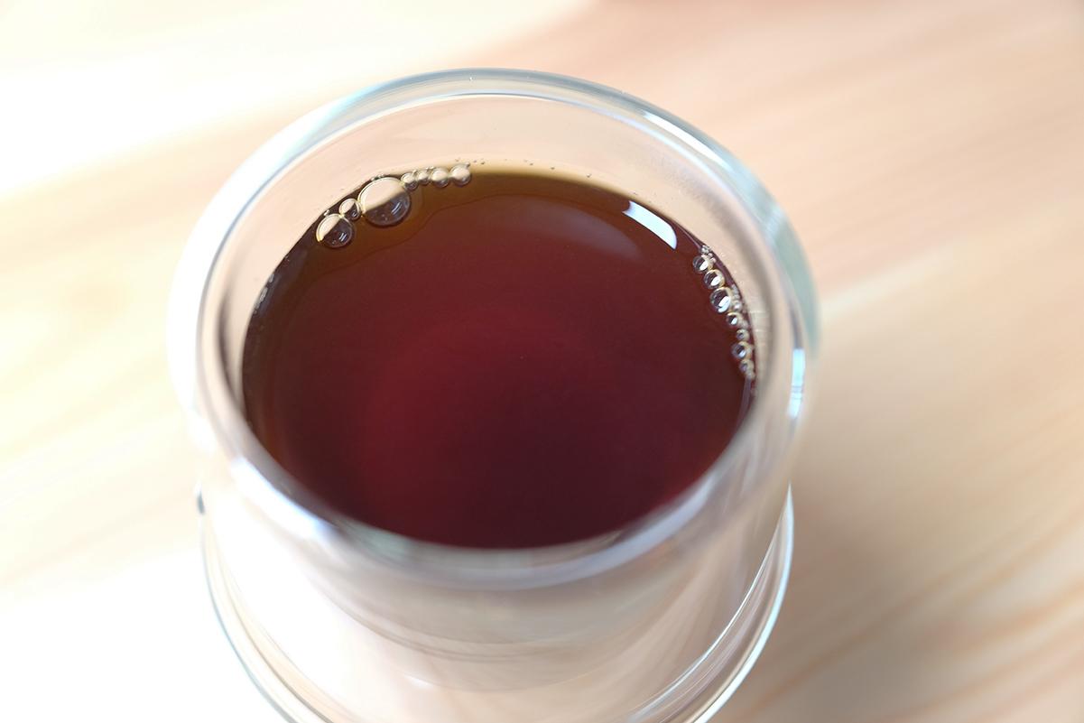 フレンチプレスで淹れたコーヒーをペーパーフィルターで濾過したコーヒー