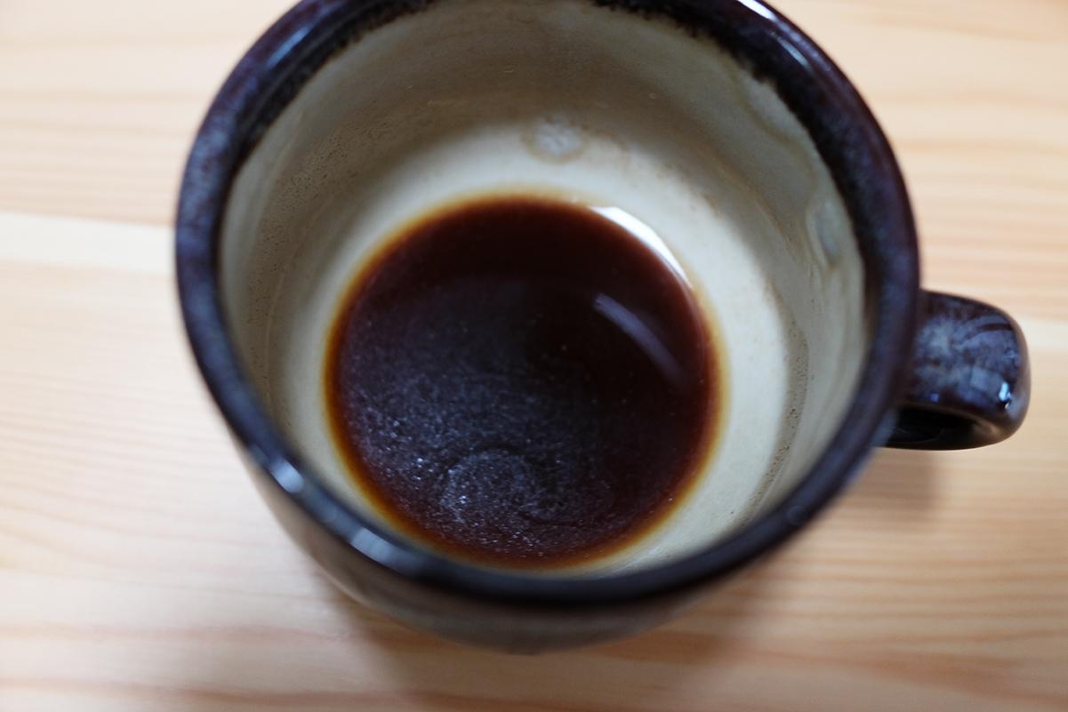 微粉を多く含んだコーヒーの底面に溜まった微粉