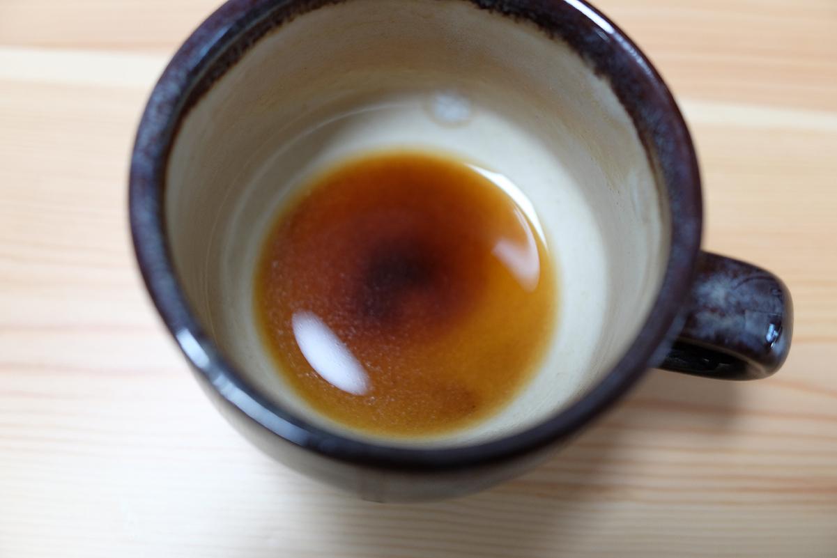 静かにカップに注いだコーヒーの底に溜まった微粉