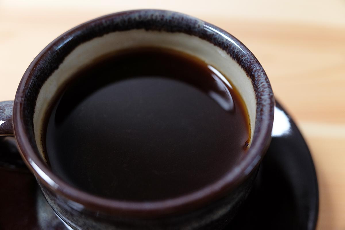 静かにカップに注いだコーヒー