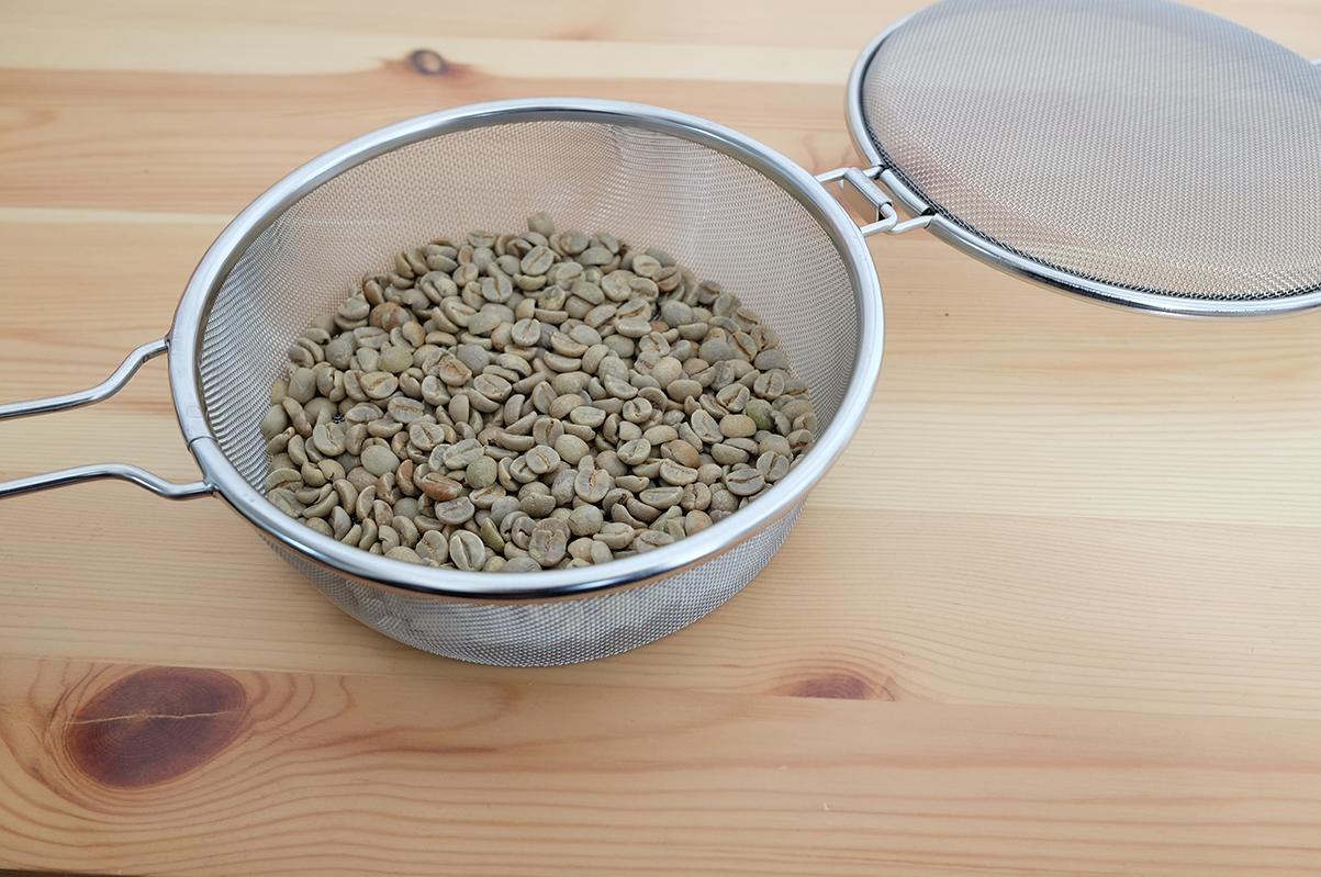 手網にコーヒー豆を入れる