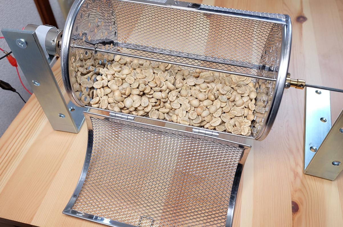 コーヒー豆焙煎機にコーヒー豆を入れる