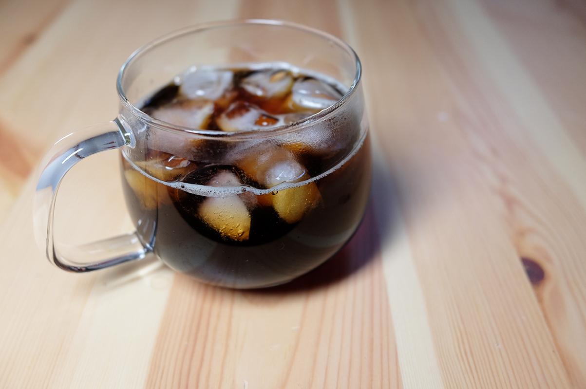 ガラスのコーヒーカップに入ったアイスコーヒー