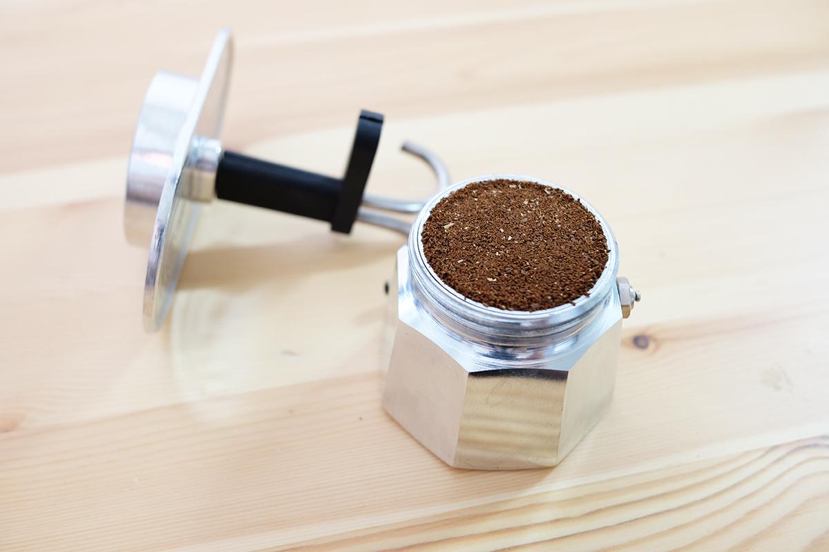 コーヒー粉が入ったミニエキスプレス