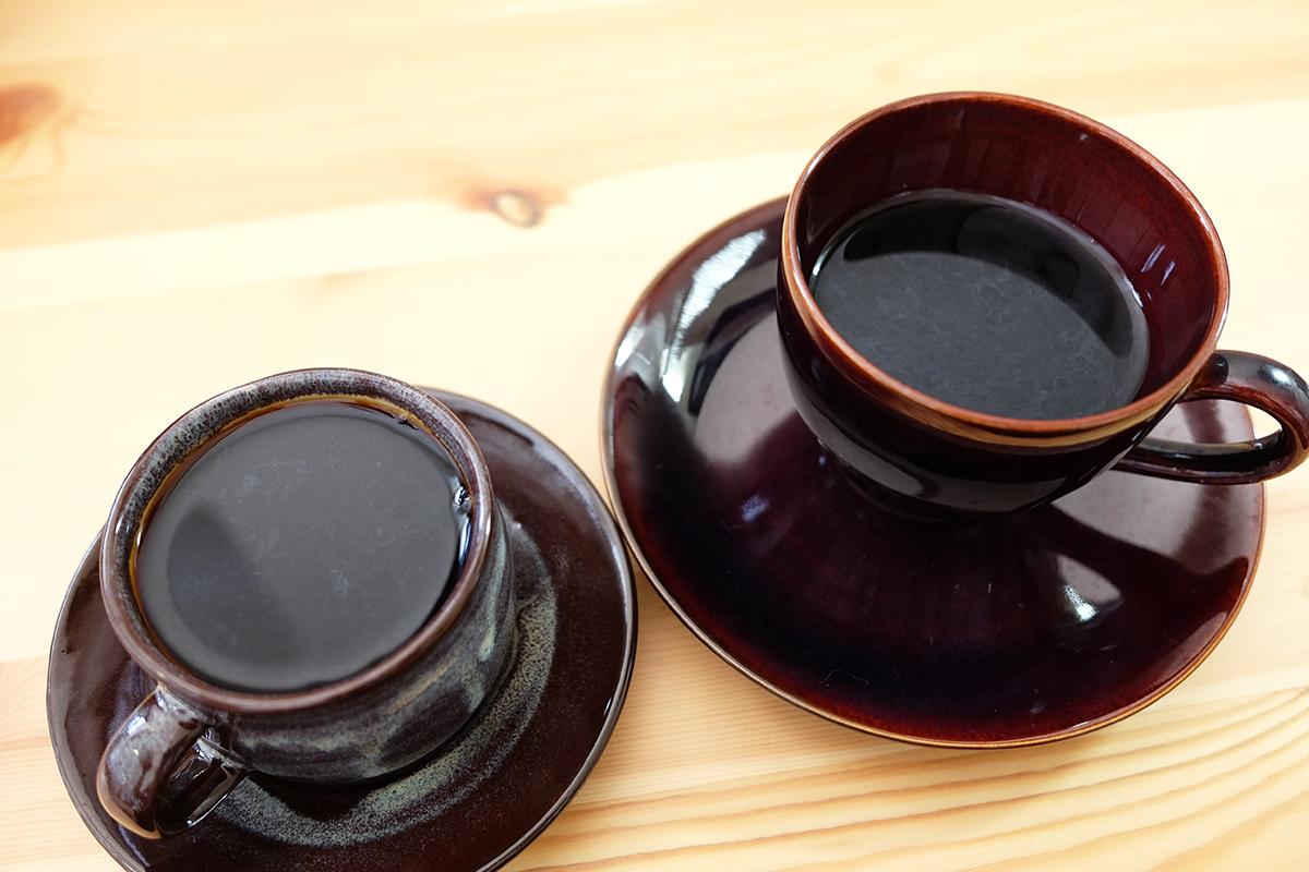 2杯のコピルアクで淹れたコーヒー