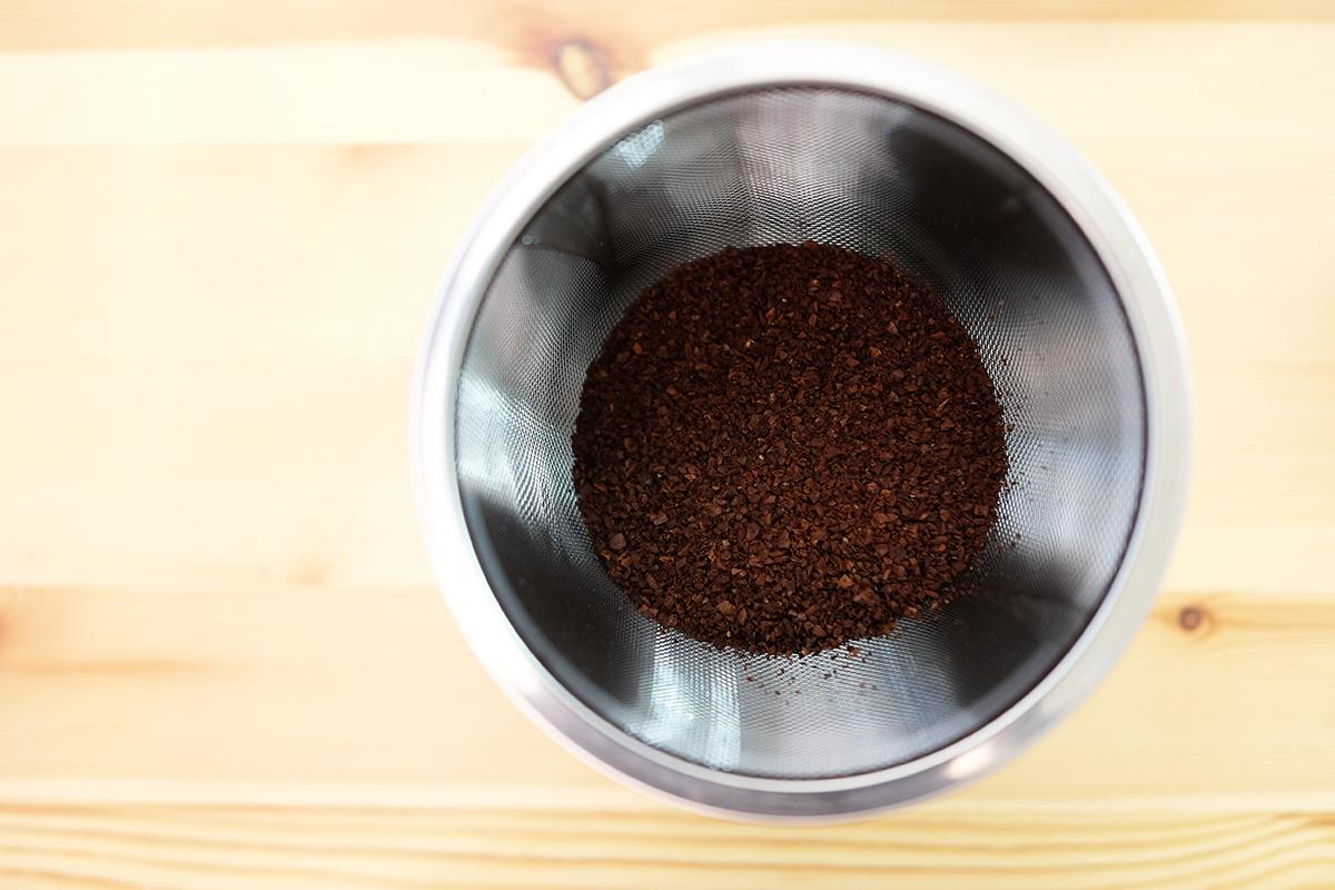 コーヒー粉を入れたパウダーコントロールストッカー