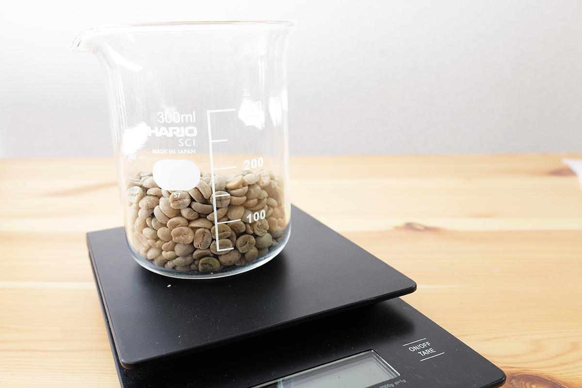 量りに乗ったコーヒー生豆