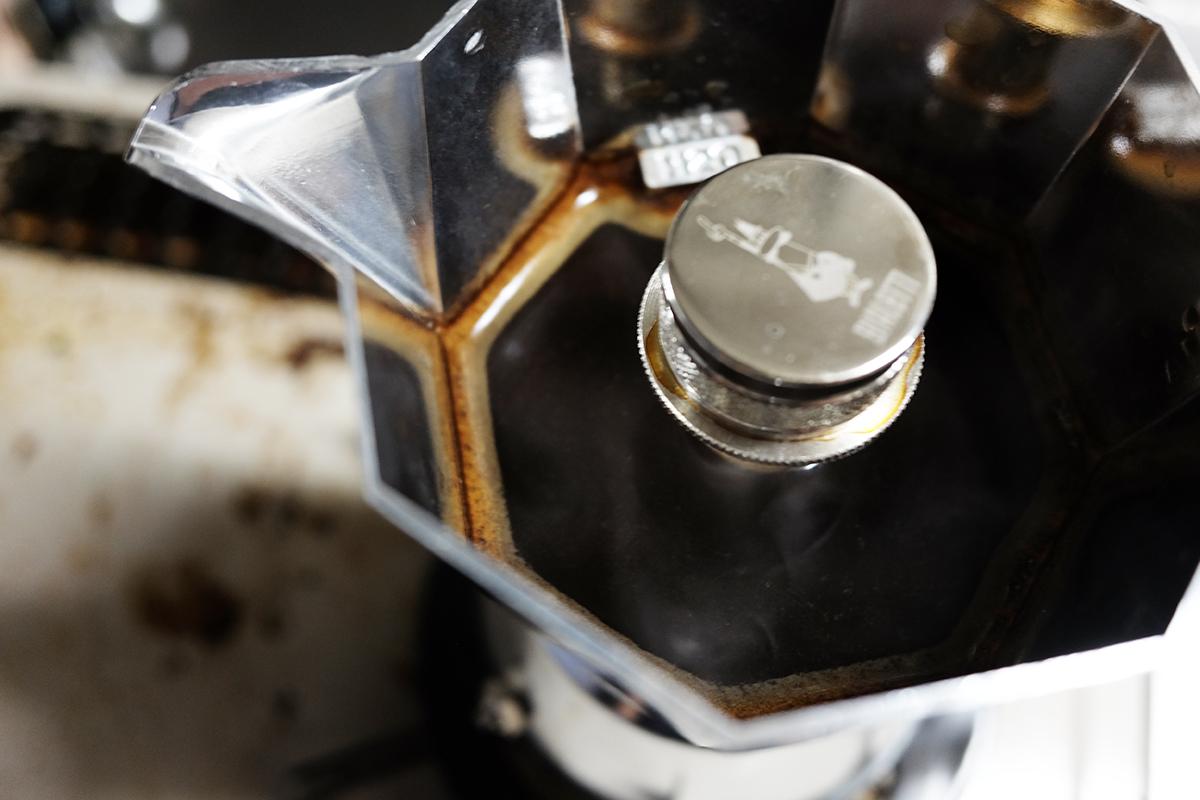 ビアレッティ ブリッカで抽出直後のモカコーヒー
