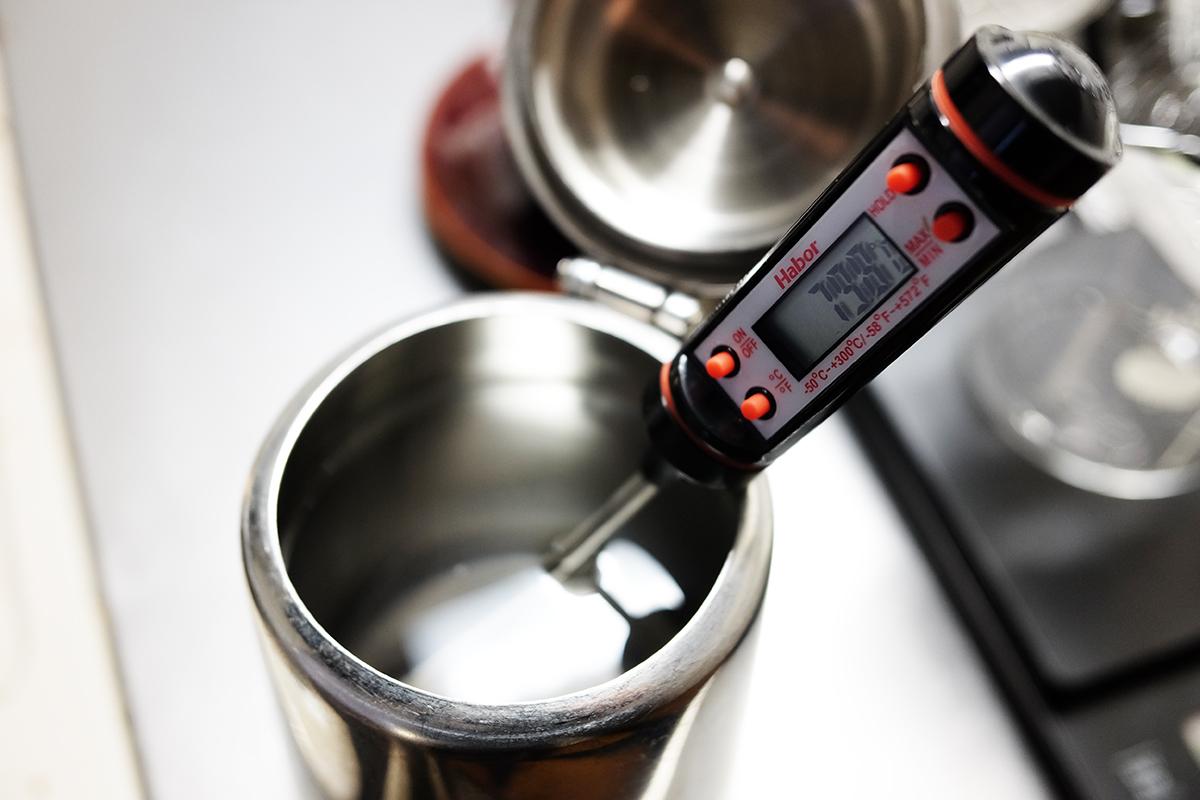 80℃以下のお湯が入ったコーヒーポット