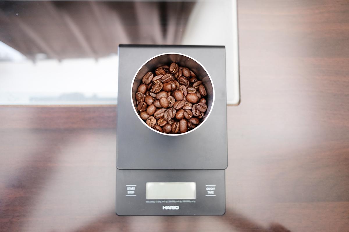 ステンレスの受け皿に入ったスペシャルティコーヒー