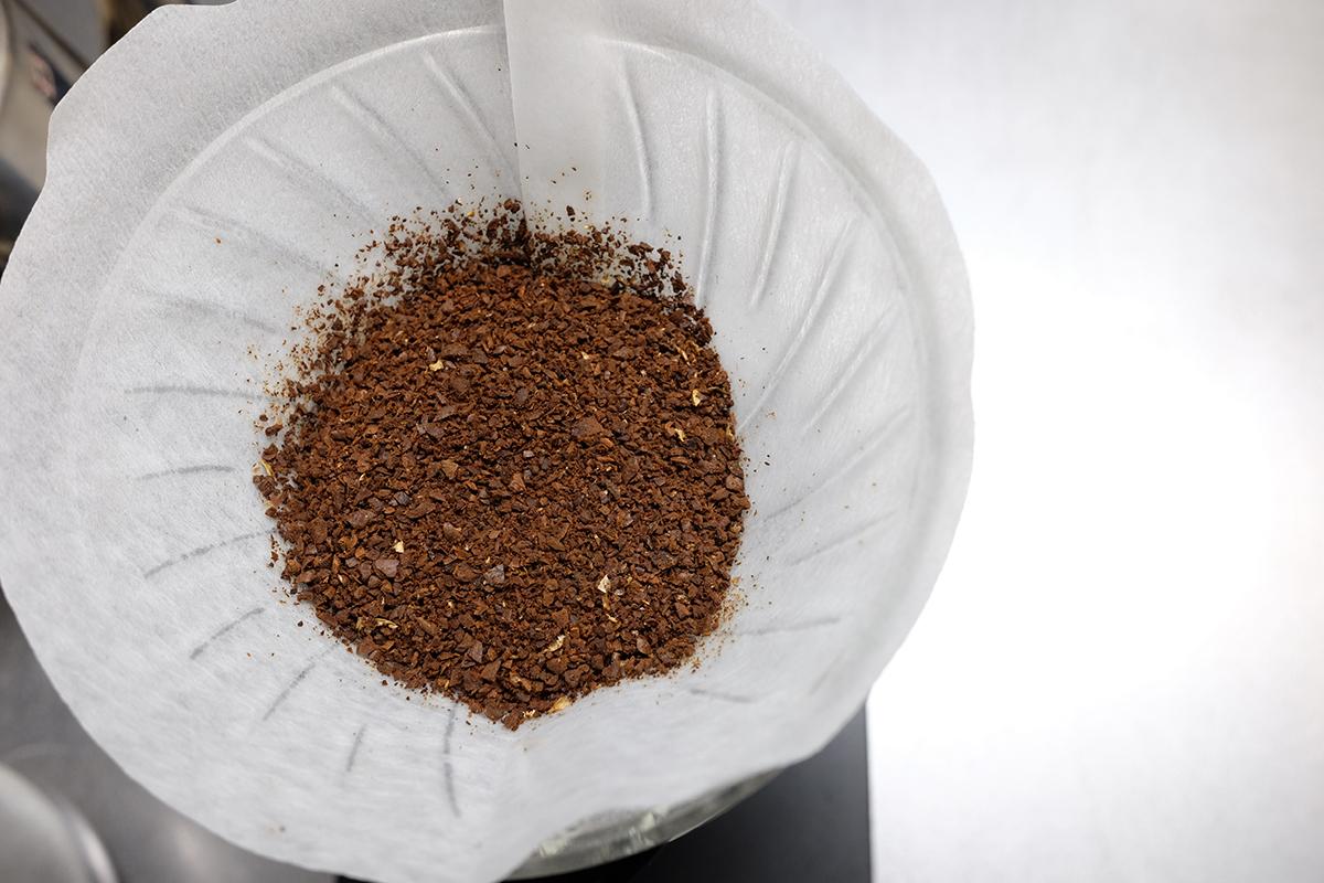 ドリッパーに入ったコーヒー粉