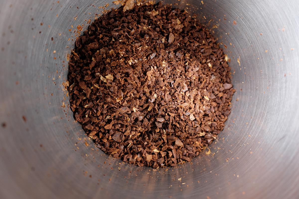 中挽きに挽かれたコーヒー粉