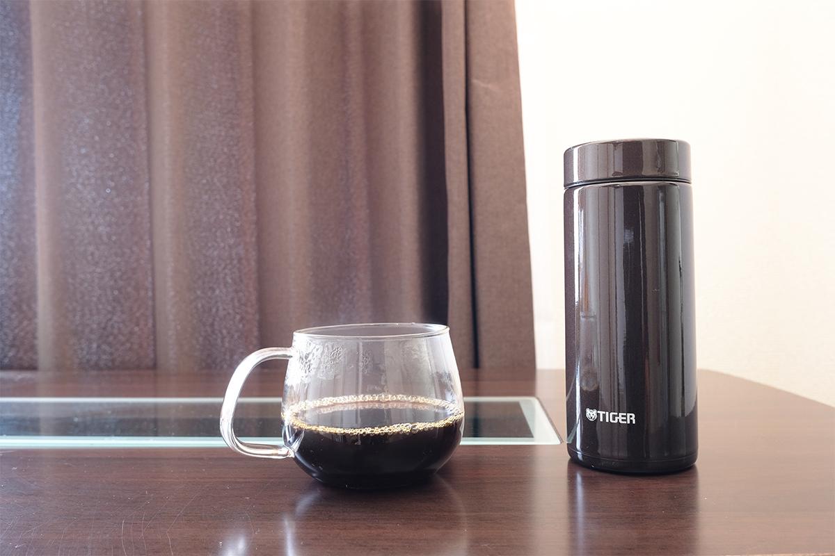 カップに入ったコーヒーと魔法瓶