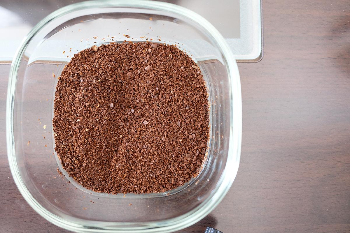 耐熱ガラス容器に入ったコーヒー粉