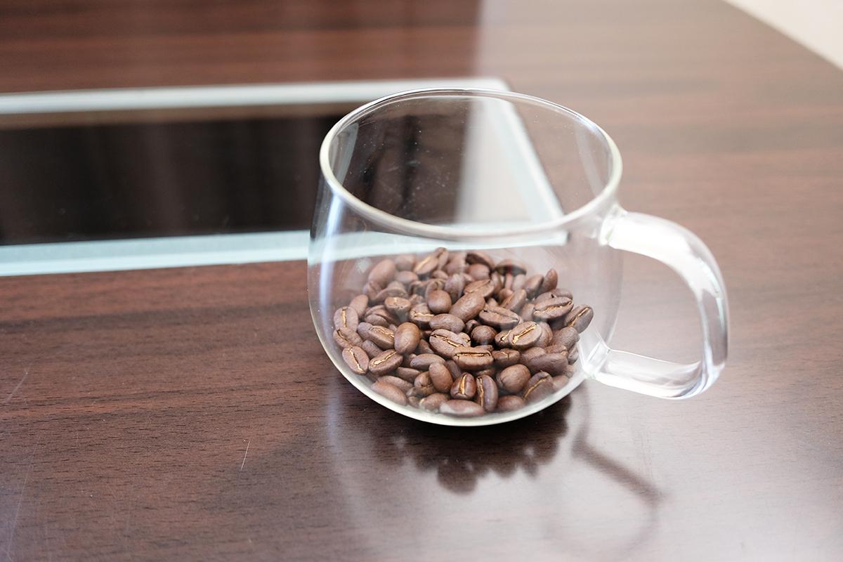 ガラスカップに入ったコーヒー豆