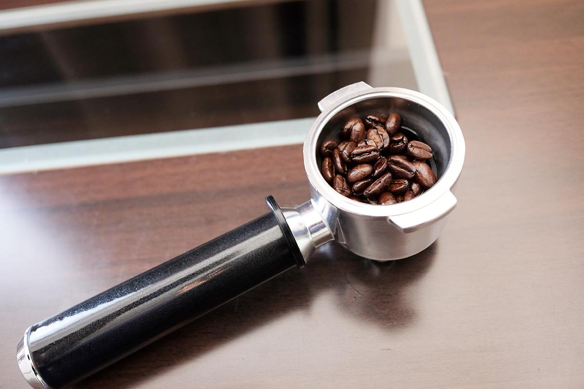 深煎りのコーヒー豆が入ったポルタフィルター