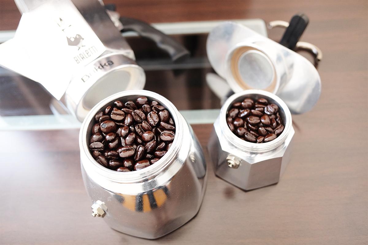 バスケットにコーヒー豆を詰めた2つのマキネッタ