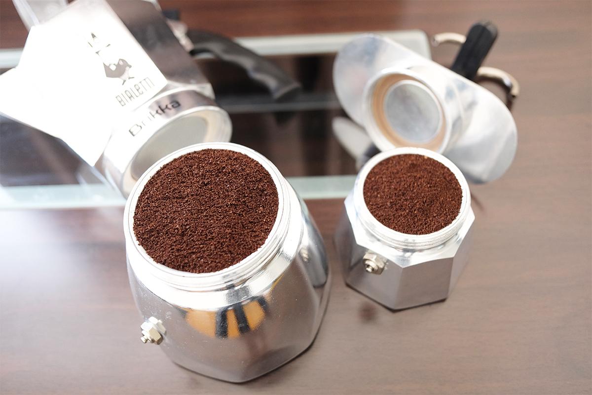 バスケットにコーヒー粉を詰めた2つのマキネッタ