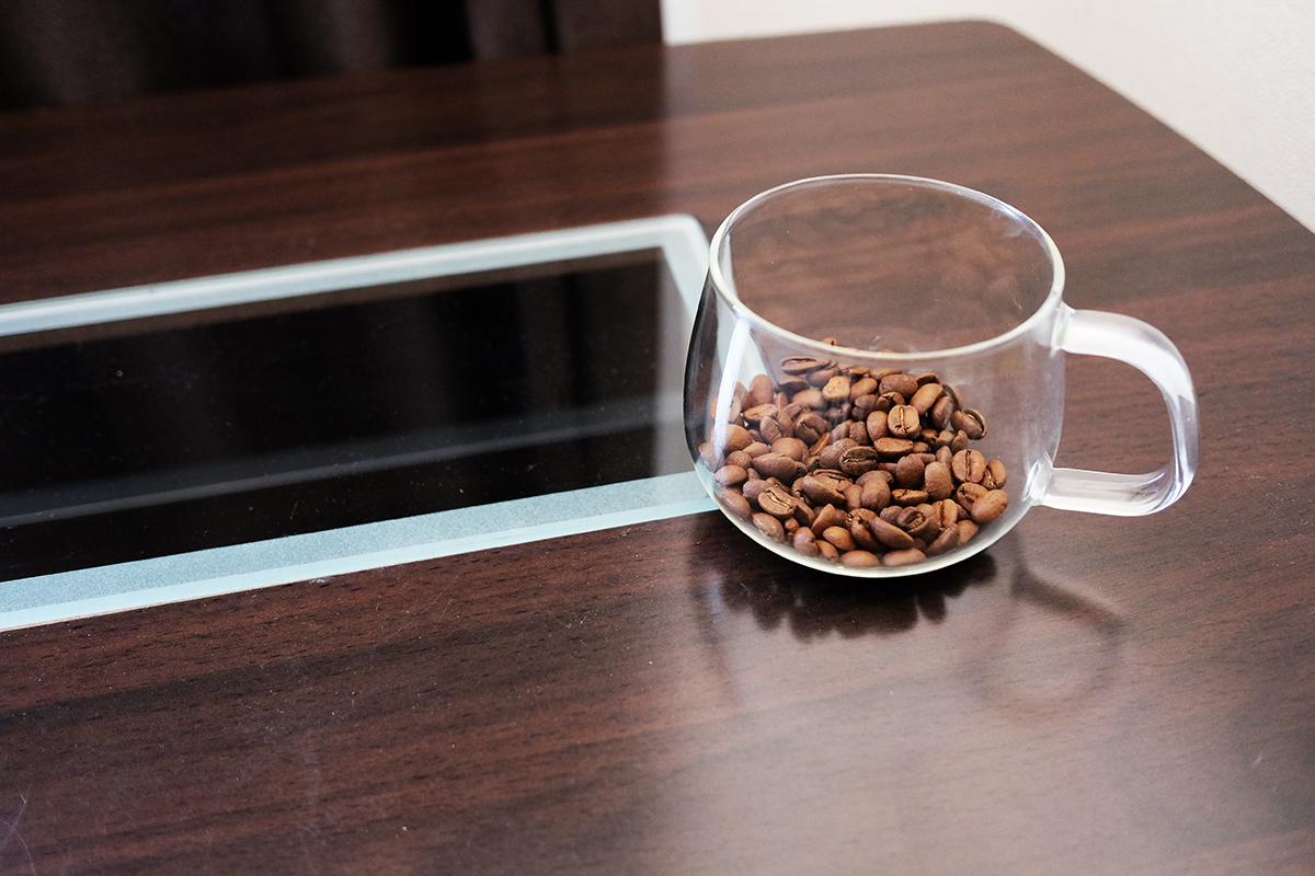 ガラスのカップに入ったコーヒー豆