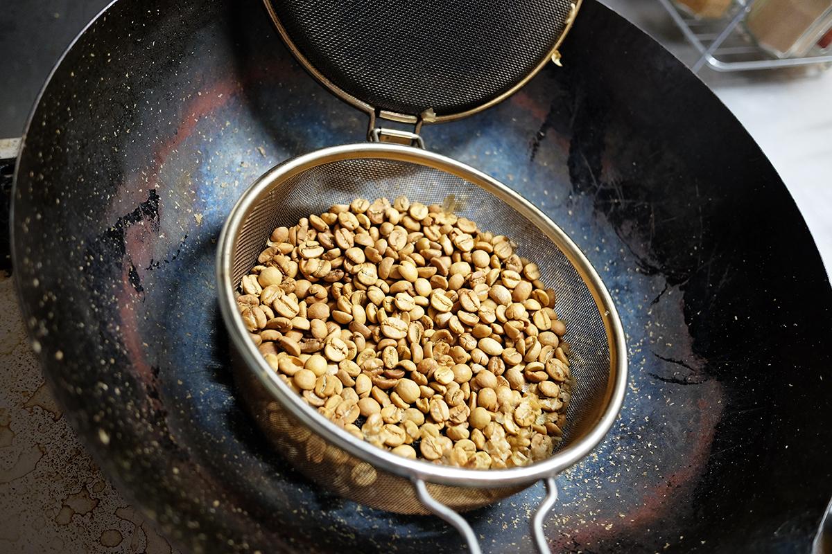 熱風焙煎開始から5分が経過したコーヒー豆