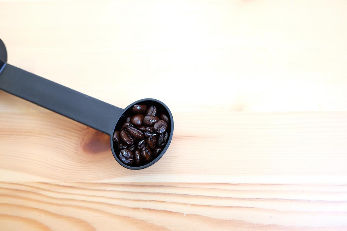 メジャースプーンに入ったコーヒー豆