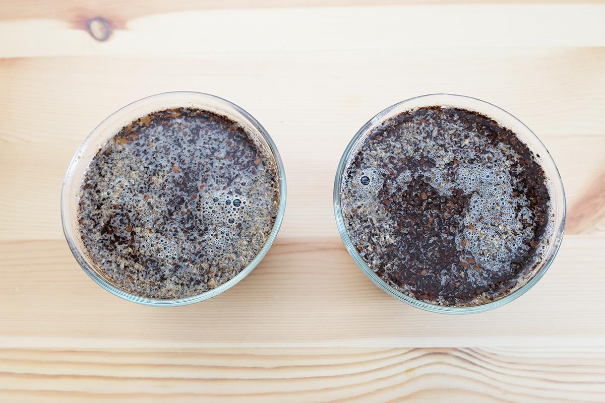 コーヒー粉にお湯を注いだところ