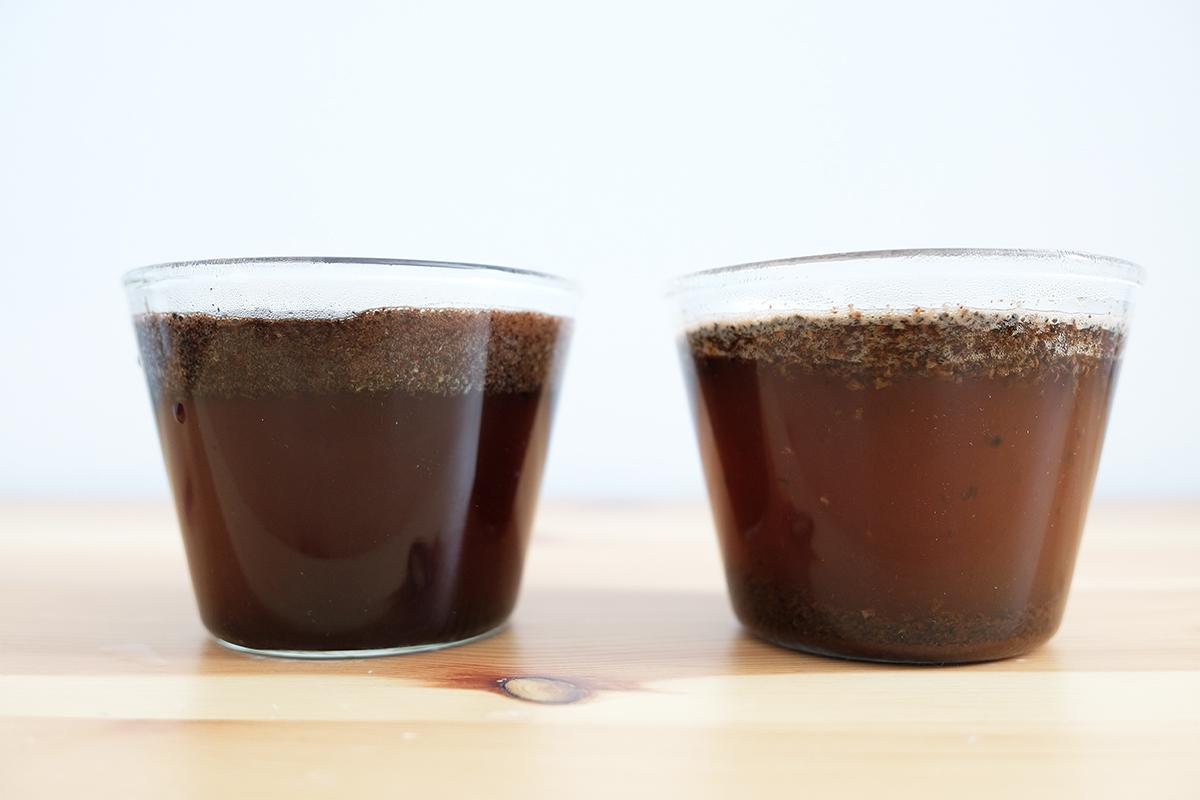 耐熱カップに入った、カッピング開始直後のコーヒー