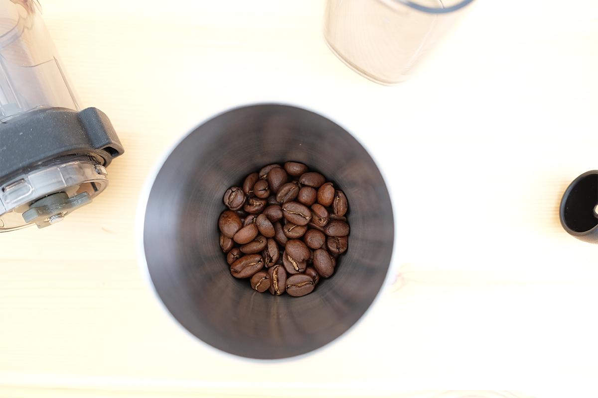 ステンレス容器に入ったコーヒー豆