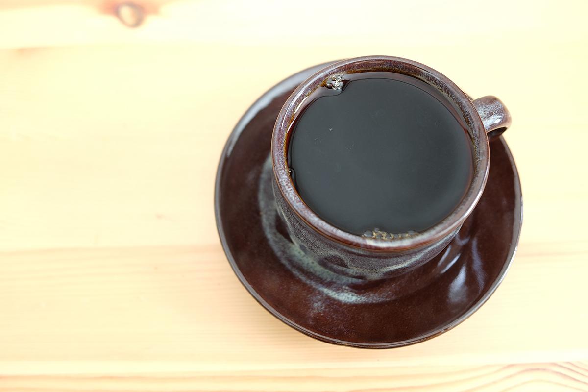 陶器のカップに入ったコーヒー