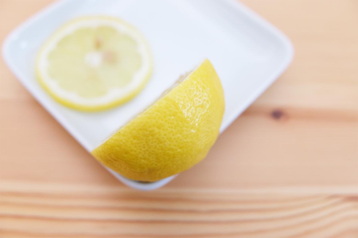 大きくカットしたレモンの側面