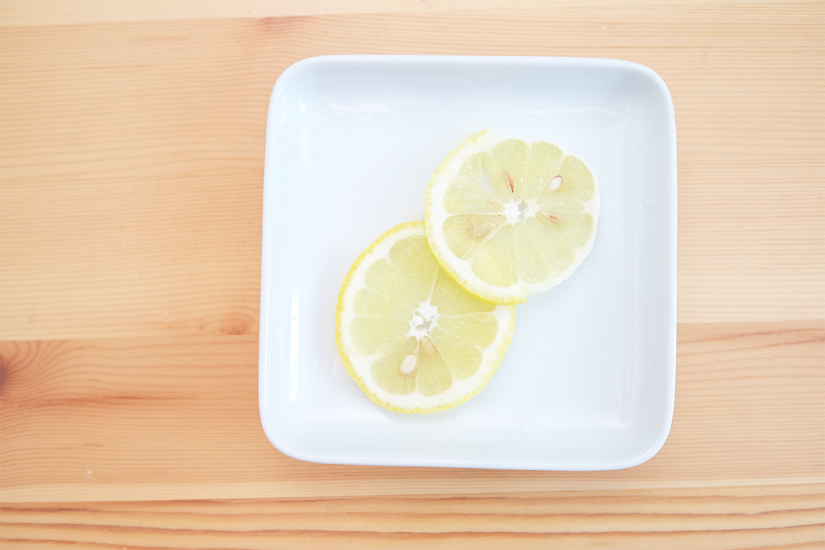薄く輪切りにした2枚のレモン