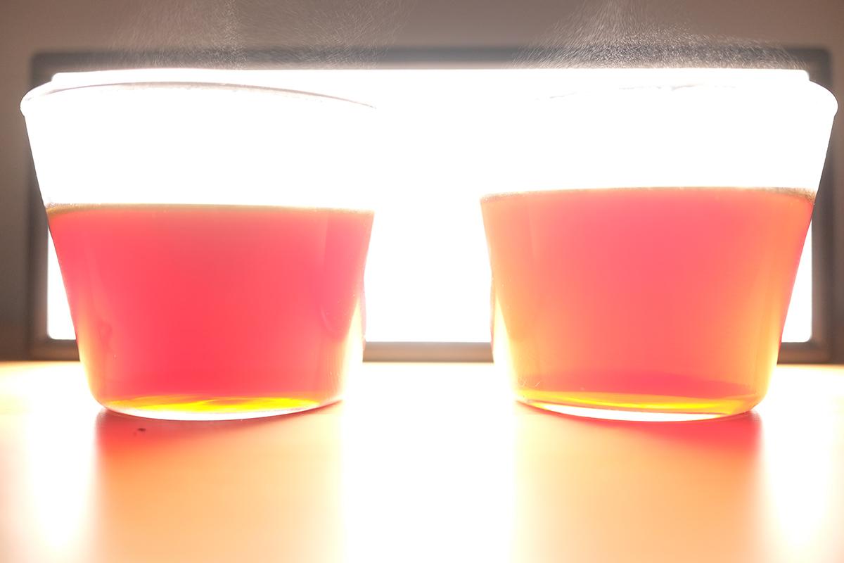 光を当てたコーヒーが入った2つのグラス