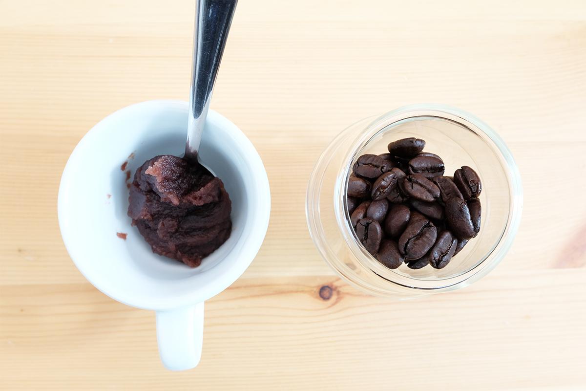 エスプレッソカップに入ったあんことコーヒー豆