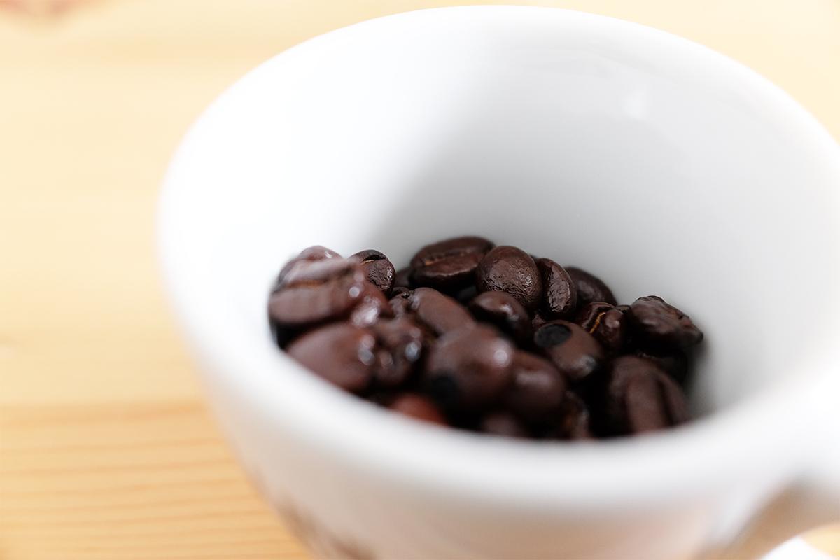 エスプレッソカップに入ったコーヒー豆