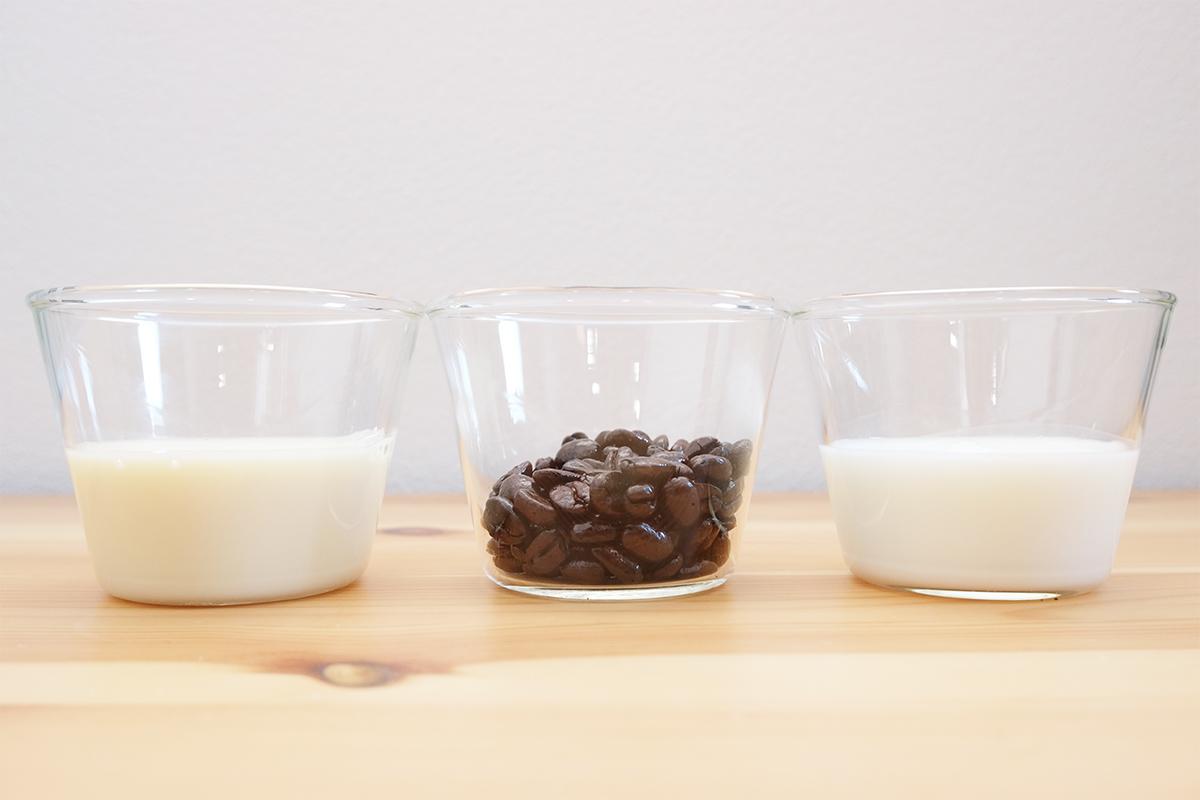 牛乳、豆乳、コーヒー豆の入ったカップ