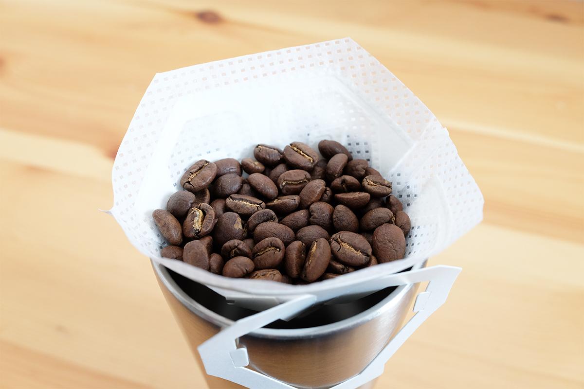 コーヒー豆を入れたマイカフェドリップフィルター