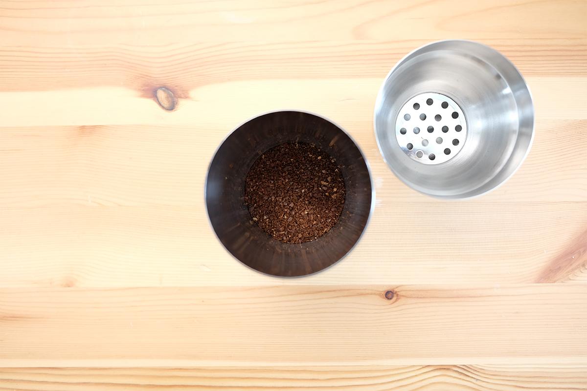 コーヒー粉が入ったカクテルシェイカー