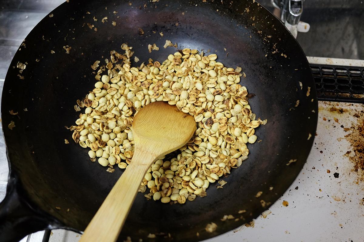焙煎から4分時点の中華鍋で焙煎されている100gのコーヒー豆