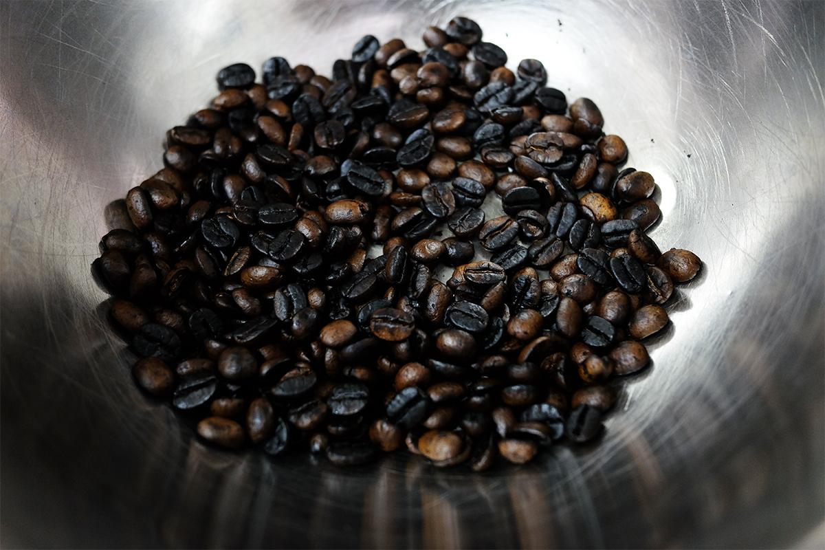 中華鍋で焙煎し終えた50gのコーヒー豆