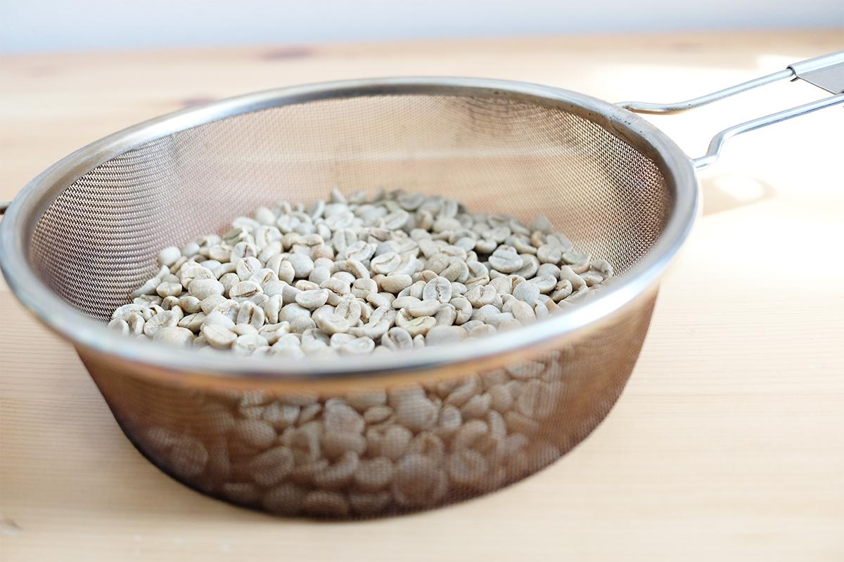 手網に入ったコーヒー生豆