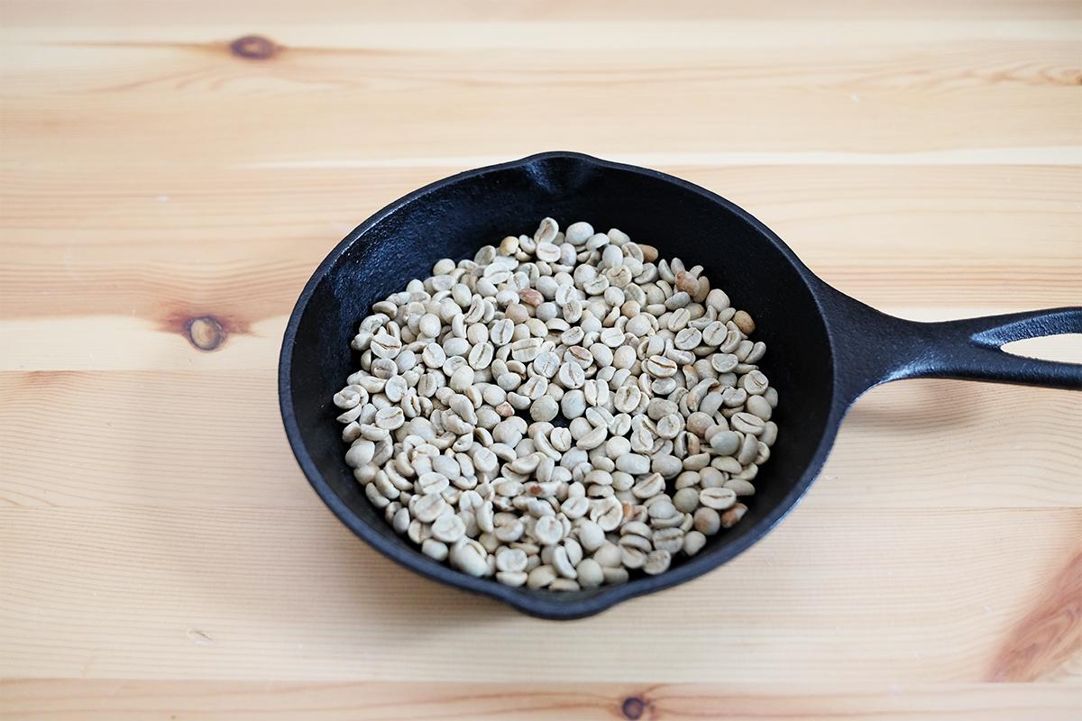 コーヒー生豆を入れたLODGEのスキレット