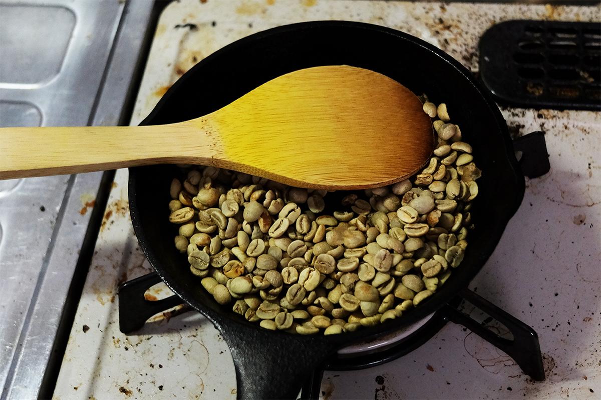3分ほどフライパンで焙煎した80gのコーヒー豆