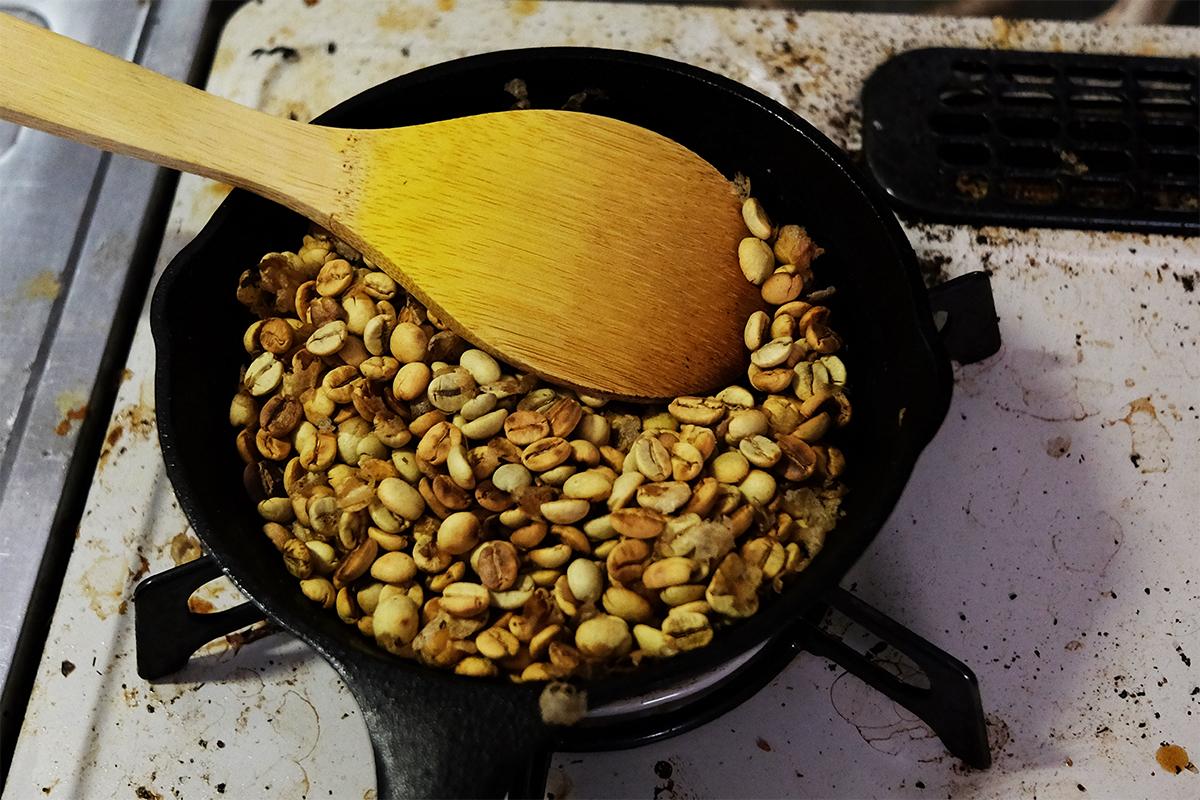 1ハゼ目までフライパンで焙煎した80gのコーヒー豆