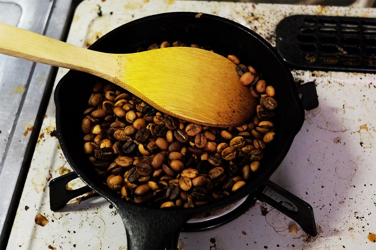 2ハゼ目までフライパンで焙煎した80gのコーヒー豆